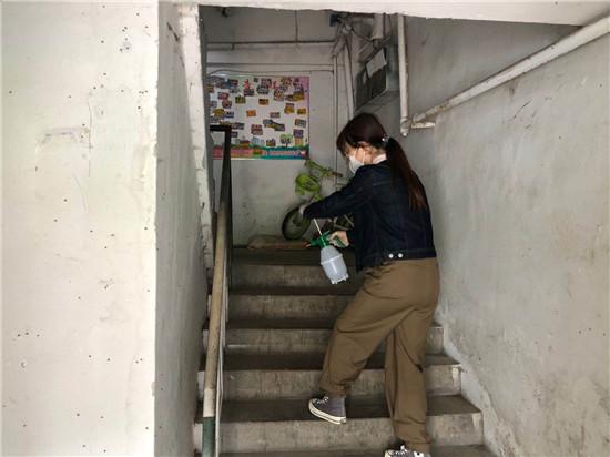 5.22志愿者进社区共抗疫情开展卫生消杀活动 (2).jpg