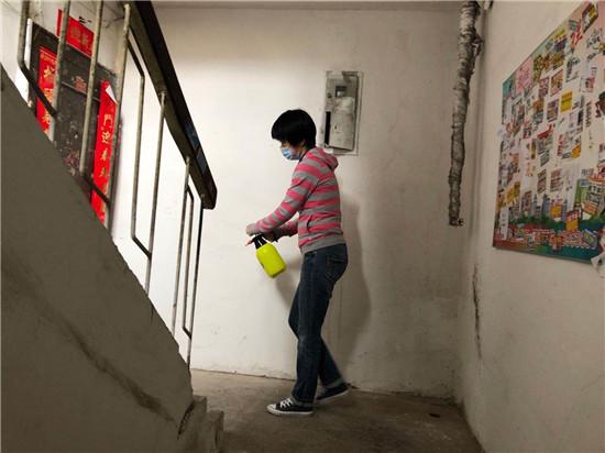 5.22志愿者进社区共抗疫情开展卫生消杀活动.jpg